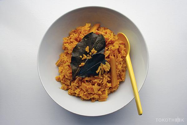 nasi kuning op tokotheek gele rijst op tokotheek
