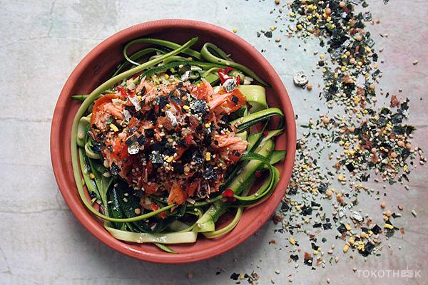 courgetti salade met zalmflakes en furikake