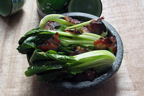 geroerbakte paksoi met chinese bacon