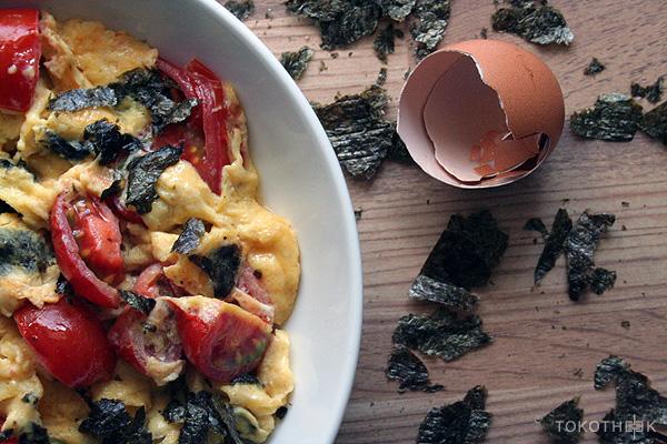 omelet met zeewier en tomaten